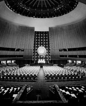 Sala dell'Assemblea Generale delle Nazioni Unite. Tutti i rappresentanti degli stati membri occupano un seggio. Sullo sfondo l'emblema delle Nazioni Unite. New York (USA)