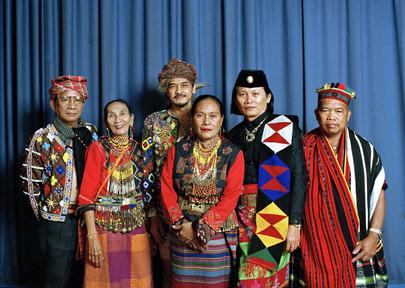 Gruppo di rappresentanti dei diversi popoli indigeni asiatici, in abiti tradizionali, in occasione dell'Anno Internazionale dei Popoli indigeni (1993).