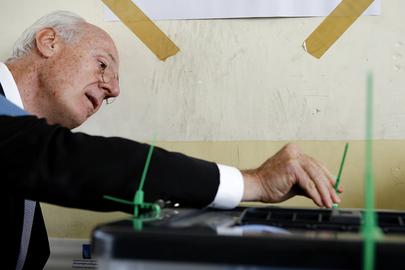 Il capo dell'UNAMI, Staffan de Mistura, ispeziona un'urna elettorale a Najaf, in Iraq.