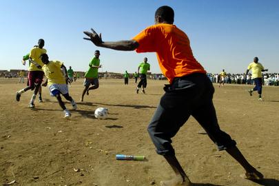 Campagna di divulgazione delle informazioni per il ritorno dei profughi nei luoghi di origine tramite lo sport - Sudan. Giovani sudanesi con indosso maglie colorate giocano a calcio.
