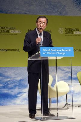 """Il Segretario Generale delle Nazioni Unite Ban Ki-moon parla al microfono durante la conferenza """"World Business Summit on Climate Change"""", Copenaghen, 2009."""