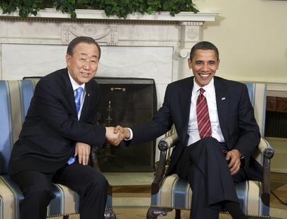Il Segretario Generale delle Nazioni Unite Ban Ki Mooon stringe la mano al Presidente degli Stati Uniti, Barack Obama