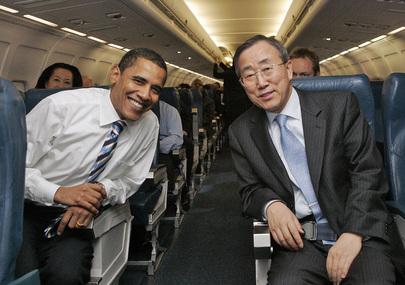 Il presidente degli Stati Uniti Barack Obama ed il Segretario Generale delle Nazioni Unite Ban Ki Moon, seduti vicini all'interno di un aereo.