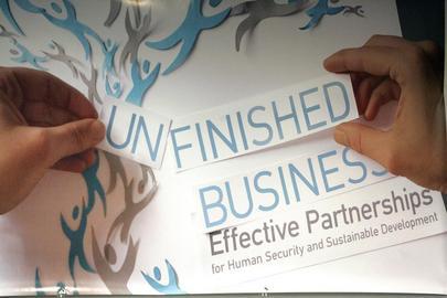 Poster della 59esima Conferenza annuale delle ONG e delle organizzazioni di società civile alle Nazioni Unite. Due mani sistemano su un cartellone delle scritte su carta, componendo il titolo della conferenza