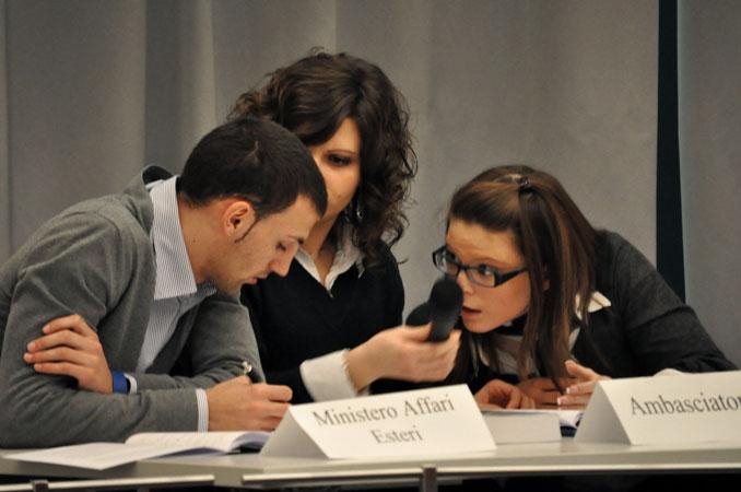 Studenti durante l'attività di Simulazione su come l'Italia attua i trattati internazionali sui diritti umani (Università di Padova, Teatro Ruzante, martedì 25 gennaio 2011)