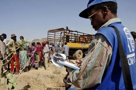 Un funzionario dell'Organizzazione Internazionale per le Migrazioni (OIM) assiste alcuni sfollati interni (IDP) Dinka Bor, Juba, Sudan, 2005.