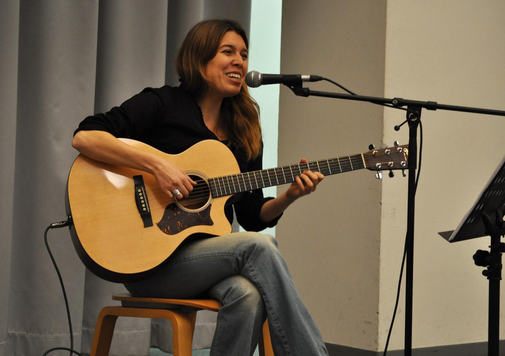 Erica Boschiero, cantautrice e cantastorie veneta, incontra gli studenti del corso di Relazioni internazionali dell'Università di Padova, Teatro Ruzante, 26 ottobre 2015.