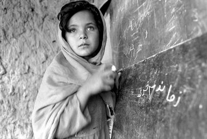 Una bambina afgana frequenta una scuola UNICEF a Nangarhar, Afghanistan