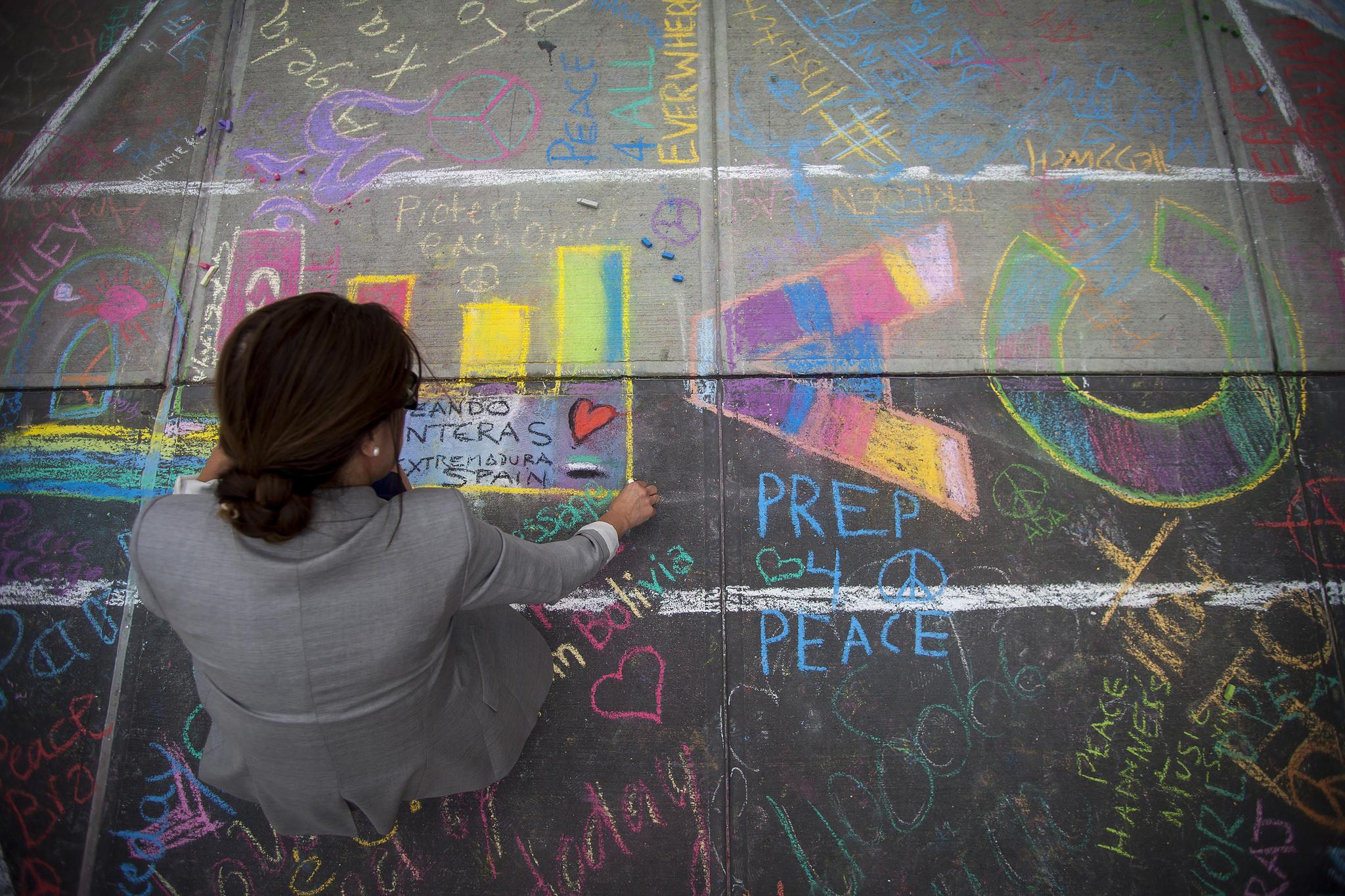 Disegni e firme ai piedi del Visitor Centre delle Nazioni Unite per la Giornata Internazionale della Pace.