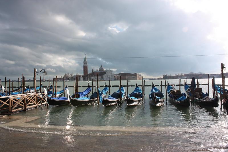 Venezia Acqua Alta: Le gondole e l'isola di San Giorgio