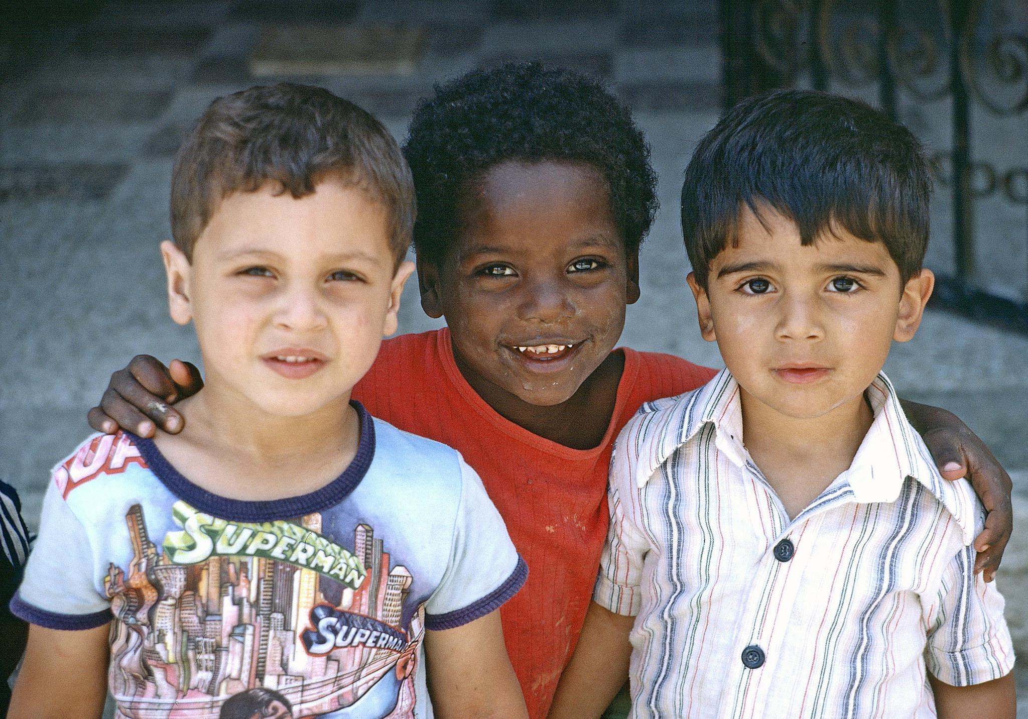 Tre bambini abbracciati