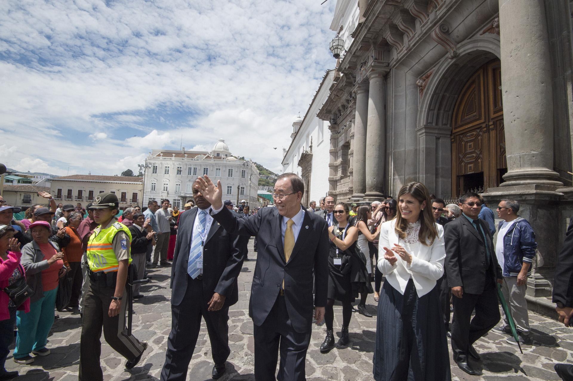 Il Segretario Generale Ban Ki-moon (al centro) visita il centro storico di Quito, in Ecuador, durante il suo viaggio per partecipare all'apertura della Conference on Housing and Sustainable Urban Development (Habitat III) il 17 Ottobre.