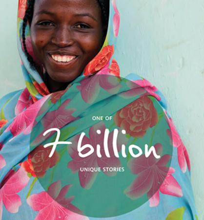 Una donna sorride, una delle 7 miliardi di storie uniche