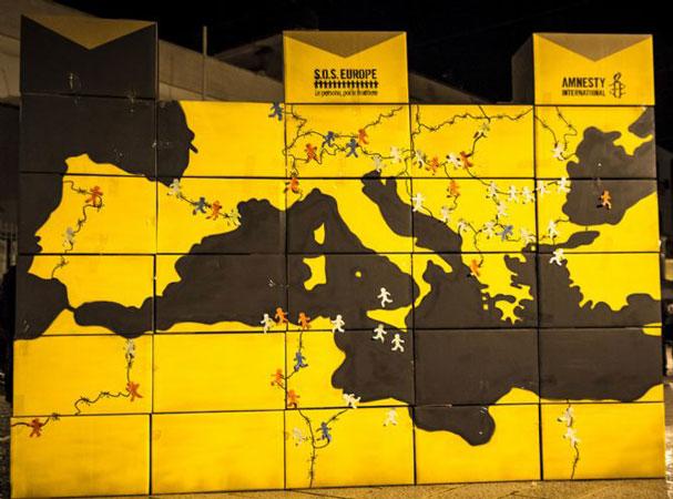 Un muro giallo che rappresenta flussi di migranti verso l'Europa, costruito da Amnesty in Piazza del Ferrarese a Bari per la campagna SOS Europe.
