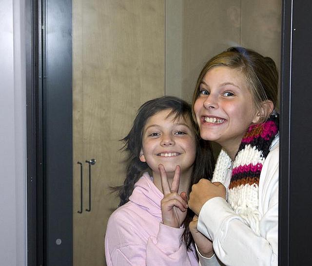 Due bambine posano sorridenti durante la visita del Segretario Generale delle NU, Ban Ki Moon, nella scuola d'arte Kulturama di Stoccolma