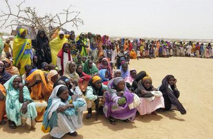 Un gruppo di rifugiati sudanesi nel campo profughi di Iridimi, in Ciad, 2004