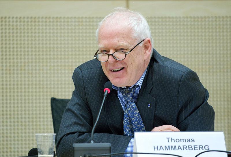 Il Commissario per i Diritti Umani del Consiglio d'Europa Hammamberg in primo piano mentre partecipa ad una conferenza