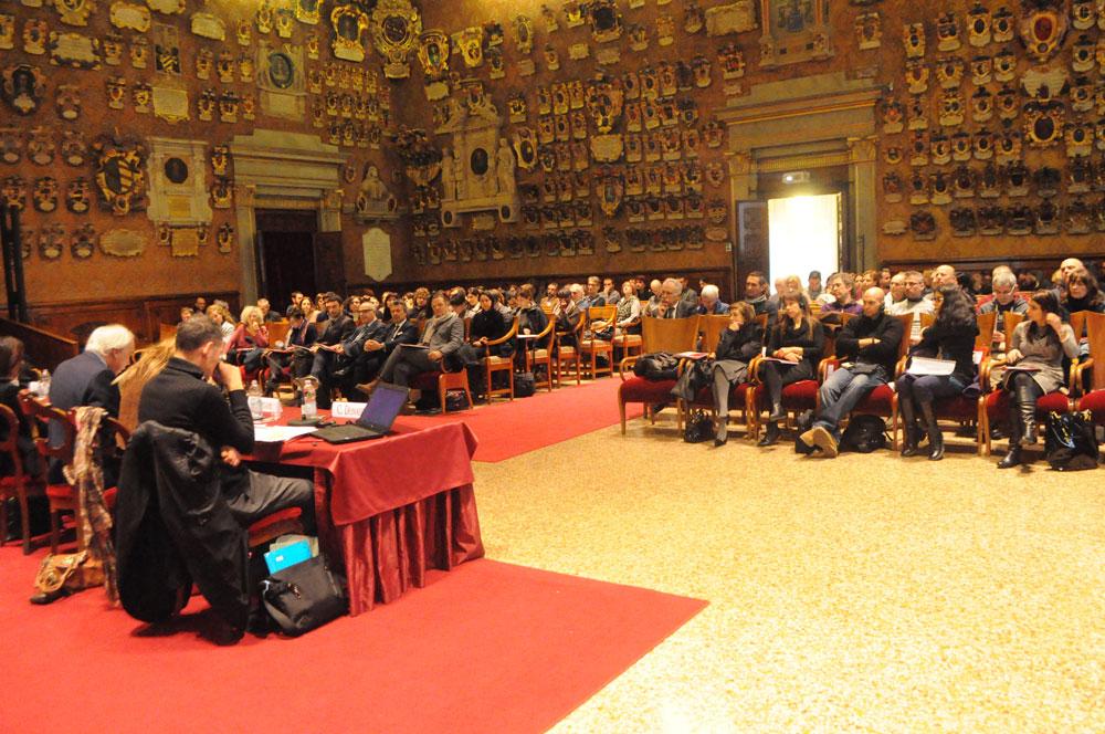 Aula Magna, tavolo dei relatori visto da dietro e i partecipanti