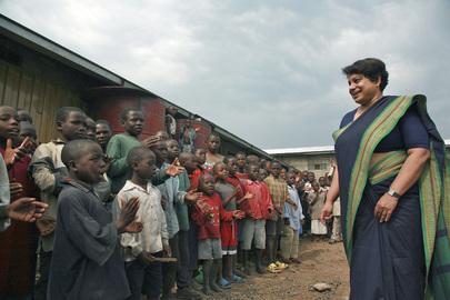 Radhika Coomaraswamy (a destra), Rappresentante speciale per i bambini nei conflitti armati, visita i bambini al Centro di riabilitazione di Goma, nella RDC. Di fronte a lei, i bambini del centro che la accolgono cantando.