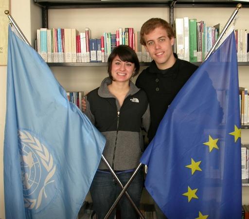I due ragazzi, Lani e Ryan, nella biblioteca del Centro diritti umani tengono in mano le bandiere delle Nazioni Unite e dell'Unione Europea.