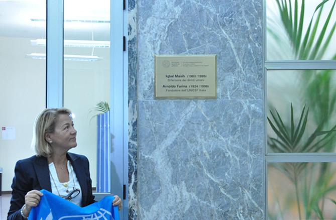 Anna Gimma, responsabile del Comitato regionale UNICEF del Veneto, scopre la targa dedicata ad Iqbal Masih e Arnoldo Farina, Sede del Centro Diritti Umani, Padova, 24 giugno 2010.