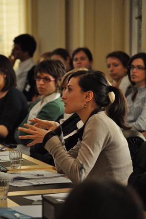 Una studentessa della Laurea magistrale in diritti umani dell'Università di Padova interviene durante una riunione in occasione del viaggio di studio alle Nazioni Unite (9-13 maggio 2010).