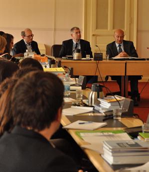 Alcuni studenti della Laurea magistrale in diritti umani dell'Università di Padova, durante una riunione presso il palazzo Wilson (Ginevra) con la presenza del dott. Gianni Magazzeni e dott. Roberto Vellano, in occasione del viaggio di studio alle Nazioni Unite (9-13 maggio 2010).