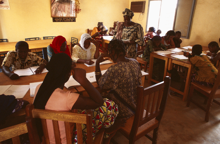 Corsi di alfabetizzazione forniti da SOLI AM ( Solidarité des aides ménagères). Berthe Bagayoko, formatrice, insegna a scrivere e a leggere a giovani donne del suo distretto - Djicoroni- Para.