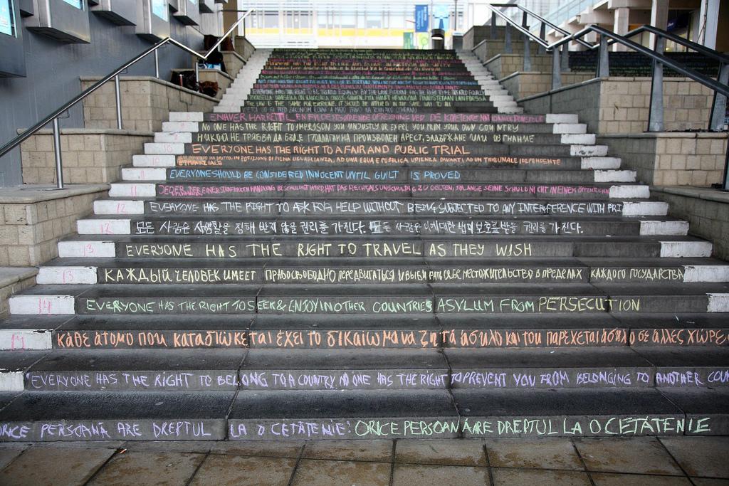 Articoli della Dichiarazione Universale dei diritti umani scritti sui gradini del Colchester Campus