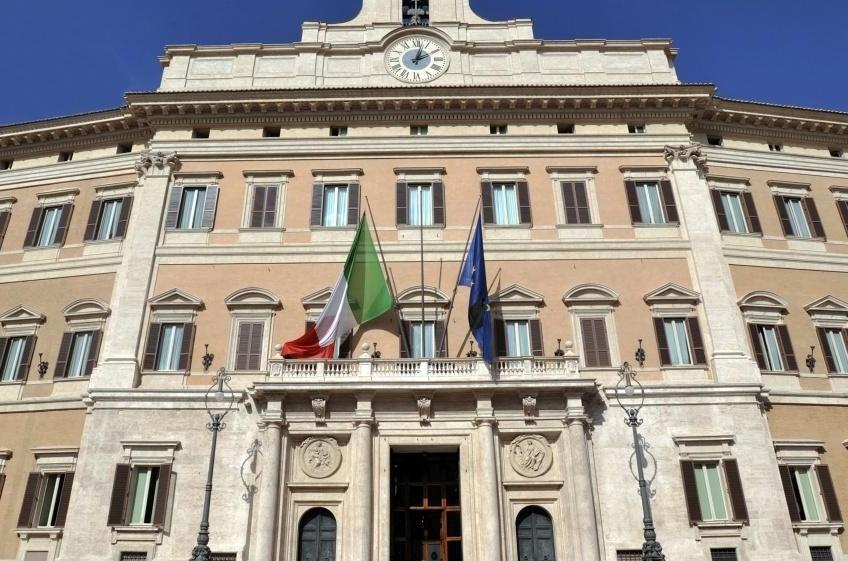 Veduta della facciata di palazzo montecitorio for Roma parlamento