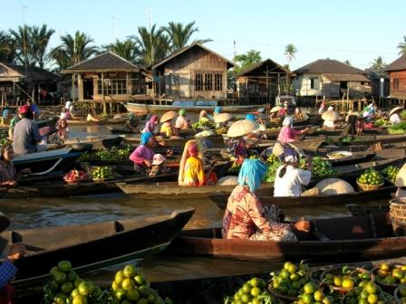 Commercio della frutta al mercato sul fiume, Indonesia