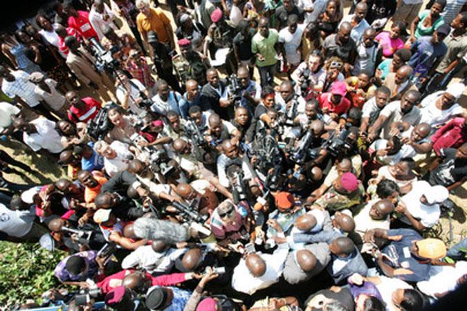 Una folla di giornalisti durante le elezioni presidenziali in Costa D ...
