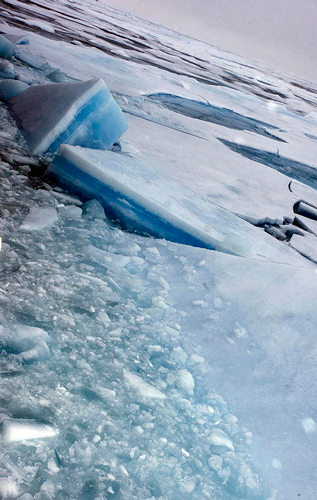 Ghiaccio artico visto dalla nave della guardia costiera norvegese KV Svalbard, durante la visita del Segretario generale Ban Ki-Moon ai confini del ghiaccio polare per rendersi conto direttamente degli effetti del cambiamento climatico sugli iceberg e i ghiacciai