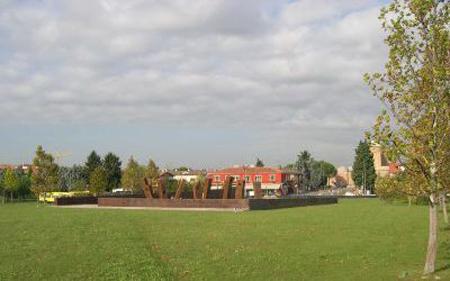 Il Giardino dei Giusti a Padova, al centro sul prato, il monumento commemorativo.