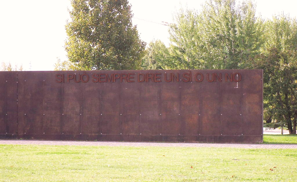 A wall with the Garden's motto