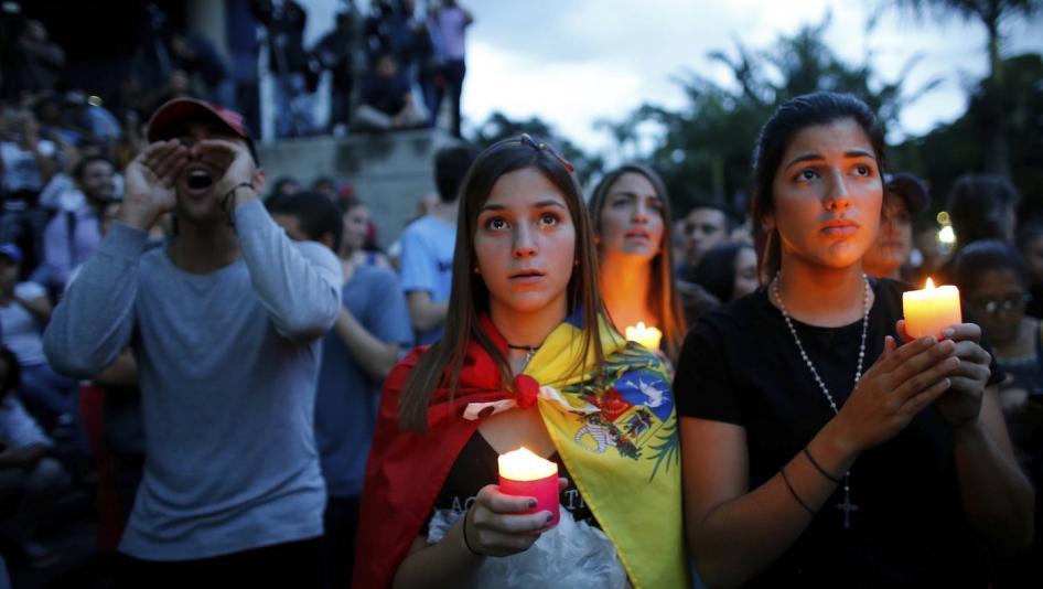 Immagine di copertina del rapporto mondiale 2019 di Human Rights Watch, manifestanti anti-governativi in Venezuela occupano le strade per una fiaccolata in onore dei manifestanti uccisi negli scontri con le forze di polizia