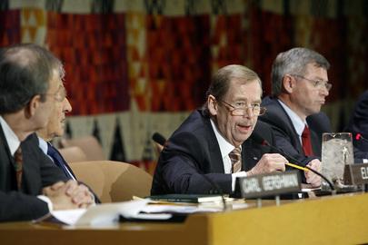 Vaclav Havel (al centro) comments la situazione nella Corea del Nord presso la sede delle Nazioni Unite, 16 novembre 2006