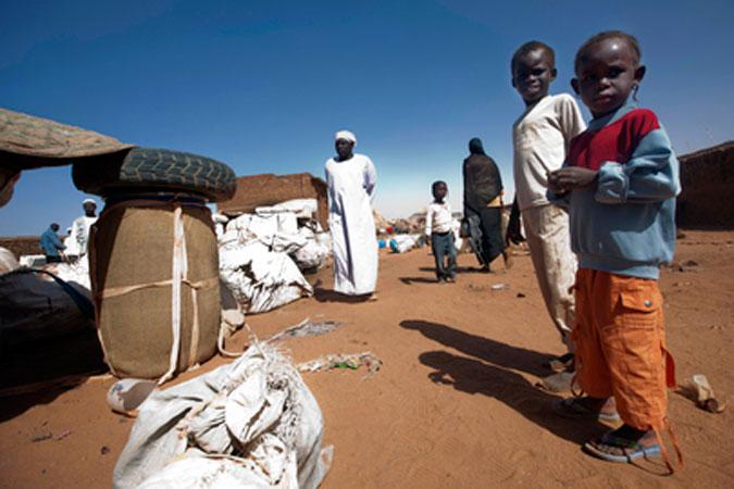 Un gruppo di bambini sudanesi attende al checkpoint di Malha, in Nord Darfur, di entrare nella città.