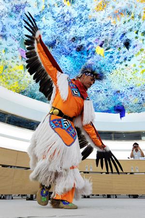 I danzatori Apache Uccello Giallo aprono con una loro performance in costume tradizionale la quarta sessione del Meccanismo di esperti sui diritti dei popoli indigeni.
