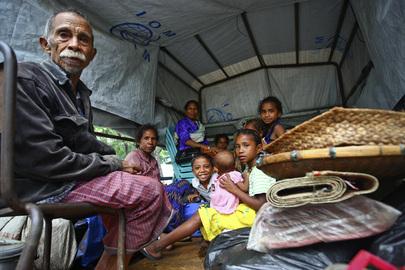 Un gruppo di sfollati interni provenienti da Timor est viene trasferito da Jardim Bordia nel distretto di Ermera dall'Organizzazione internazionale per le migrazioni, che ha fornito il veicolo presente nella fotografia, 2007