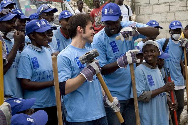 Kris Allen, cantante e musicista statunitense, lavora con un gruppo di ragazzi haitiani in un progetto dell'UNDP a Port au Prince, Haiti, 2010