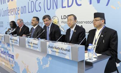Il Segretario Generale Ban Ki-Moon (il secondo da destra) all'apertura del Forum della Società Civile alla Quarta conferenza delle Nazioni Unite sui paesi in via di sviluppo