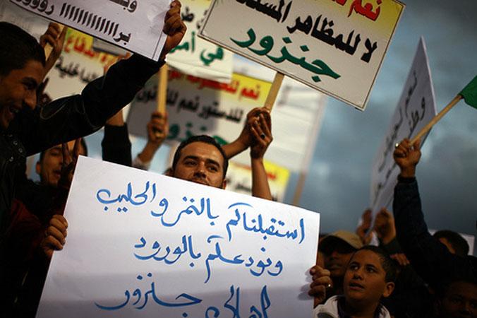 Una folla di manifestanti protesta contro l'atmosfera di illegalità a Tripoli, 2011