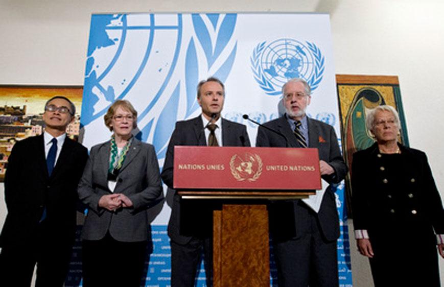 Rolando Gomez (centro), portavoce del Consiglio diritti umani, risponde ai giornalisti alla conferenza stampa dei membri della Commissione internazionale d'inchiesta sulla Siria (da sinistra): Vitit Muntarbhorn, Karen Koning Abuzayd, Paulo Pinheiro (Presidente della Commissione) e Carla del Ponte.