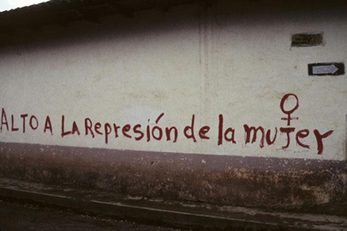 """Un graffito su un muro conla scritta """"Stop alla repressione delle donne"""""""