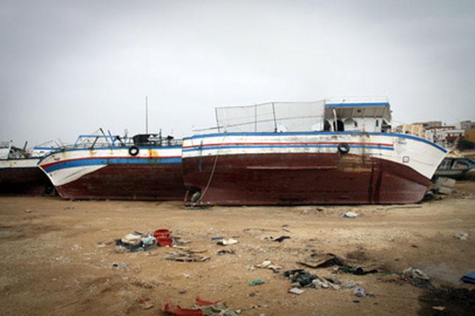 Barche di migranti abbandonate sulla spiaggia dell'isola di Lampedusa, meta dei flussi di migranti provenienti dai paesi del Nord Africa