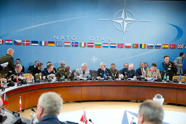 I membri del Comitato Militare della NATO riuniti al tavolo conferenza