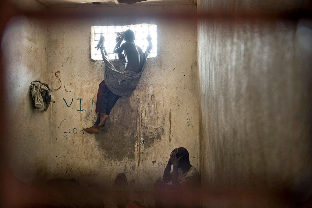 Un carcerato della prigione di Nimba guarda fuori dalla finestra della cella, Liberia, 2008