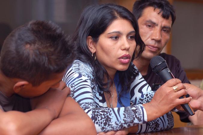 Una donna Rom rivolge delle domande ai membri del Comitato delle Comunità dell'Assemblea Municipale di Podujeve/Podujevo durante un incontro pubblico organizzato dalla Missione OSCE in Kosovo, maggio 2007