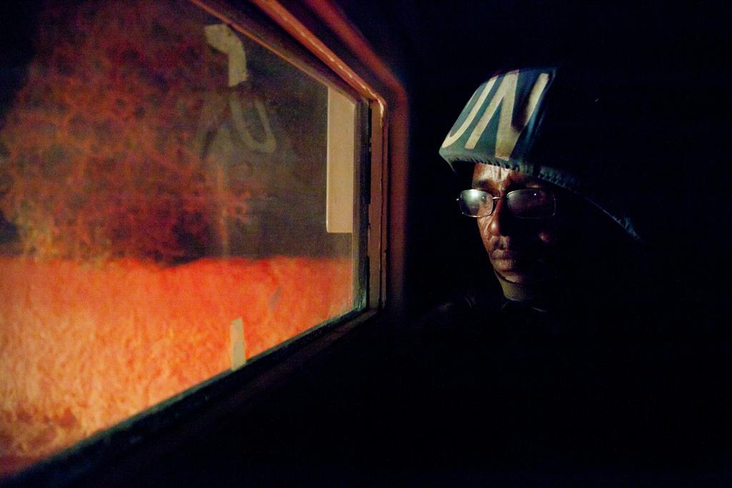 Un peacekeeper sudafricano durante un pattugliamento notturno in Kutum, Nord Darfur.
